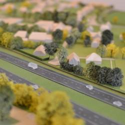 De bebouwing ligt vlak tegen de snelweg